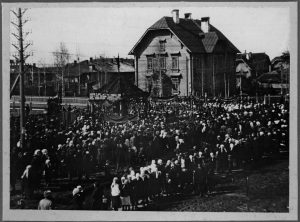 dom-nachalnika-distantsii-1928-g-prazdnovanie-1-maya-poselok-nyandoma-kargopolskogo-uezda-vologodskoj-gub-fotograf-e-kolomijtsev