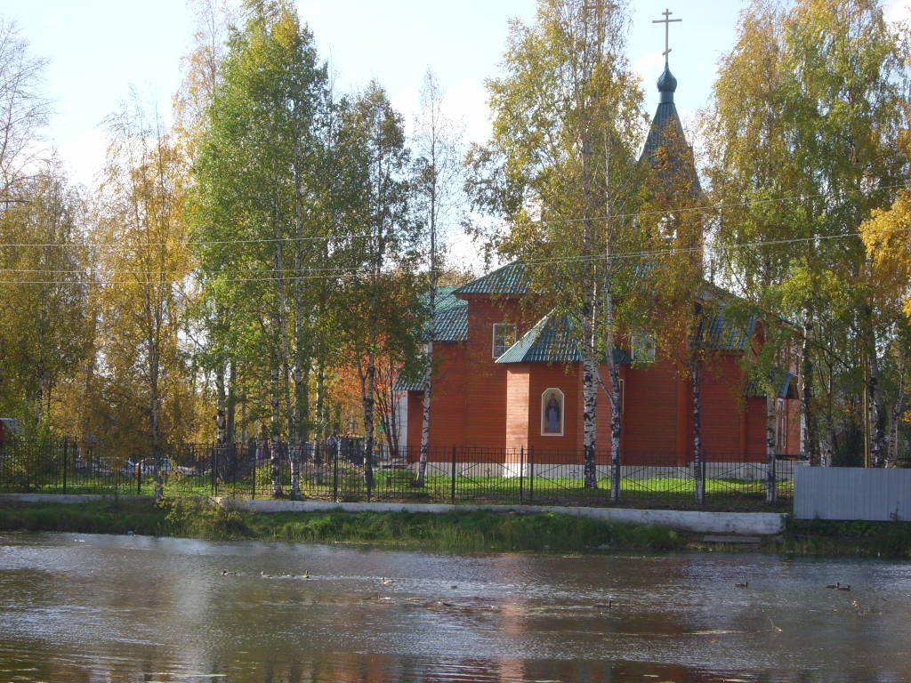 pravoslavnyj-hram-na-beregu-pruda
